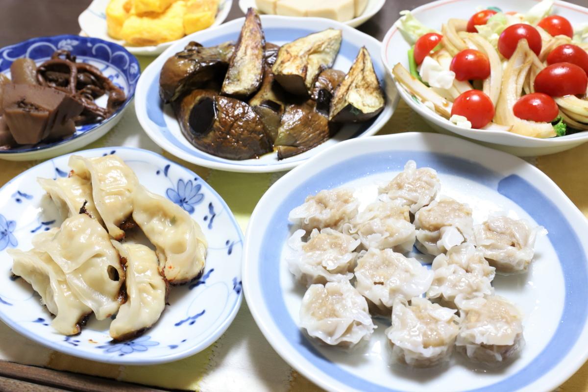 東洋水産「黒豚シュウマイ」や味の素冷凍ギョーザ、焼き茄子など、祖母(おばあ)の家の晩ごはん