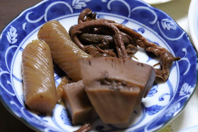 黒くなるまで煮た手綱こんにゃく、タケノコ、ゼンマイの煮物