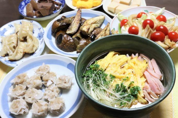 チキンラーメン(トッピング:錦糸玉子、ハム、カイワレ大根)、東洋水産「黒豚シュウマイ」、味の素冷凍ギョーザ、焼き茄子など祖母(おばあ)が作った晩ごはん
