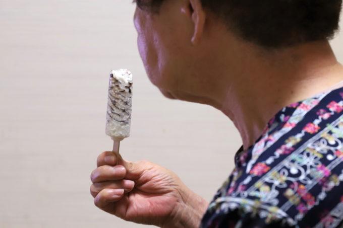 森永製菓のアイスクリーム「パリパリバー」を祖母(おばあ)が手に持ち食べているところ