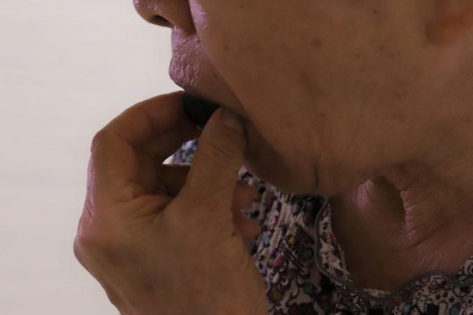 祖母(おばあ)がブドウを食べているところ