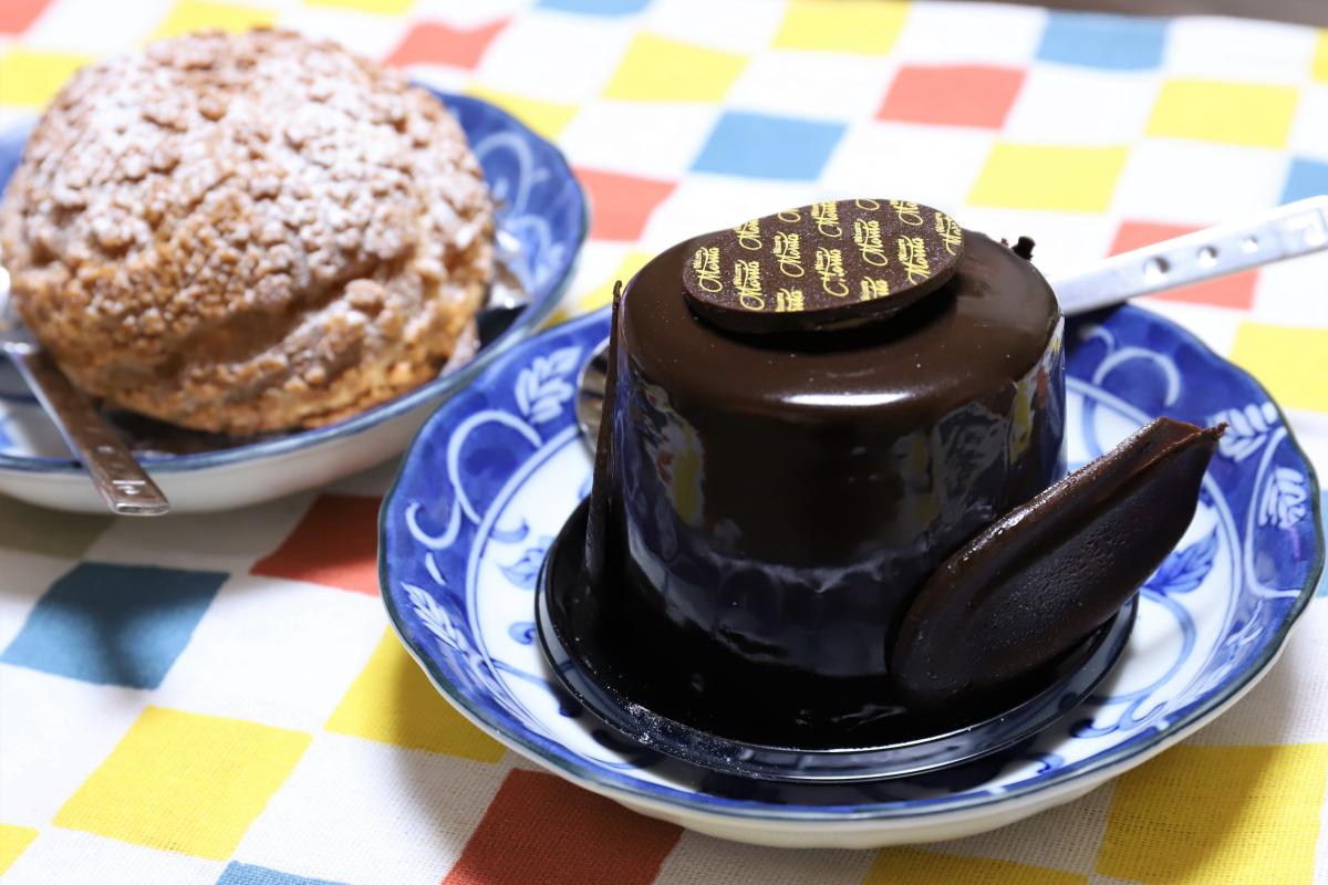 敬老の日に祖母(おばあ)のために買ってきたチョコレートケーキとシュークリーム