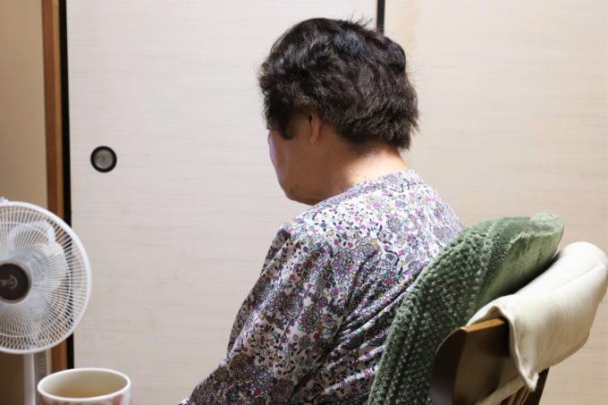 食後に椅子に座ってテレビを見ている祖母(おばあ)