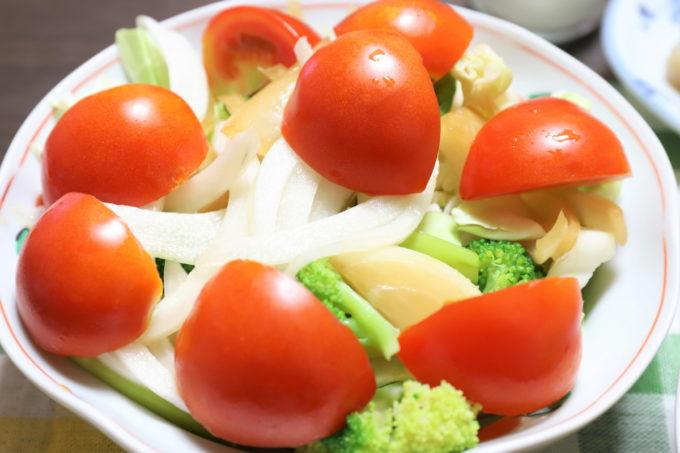 祖母(おばあ)が作ったトマトや玉ねぎの醤油漬けを乗せた野菜サラダ
