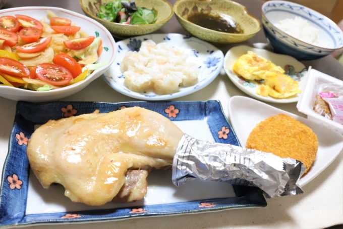鶏もも焼きやコラーゲン納豆、味の素冷凍食品「プリプリのエビシューマイ」など祖母(おばあ)が作った晩ごはん