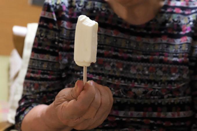 祖母(おばあ)が手に持つ、ロッテ「北海道バニラバー」