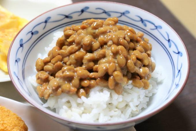 タカノフーズ「発酵コラーゲン納豆」をご飯に乗せたところ