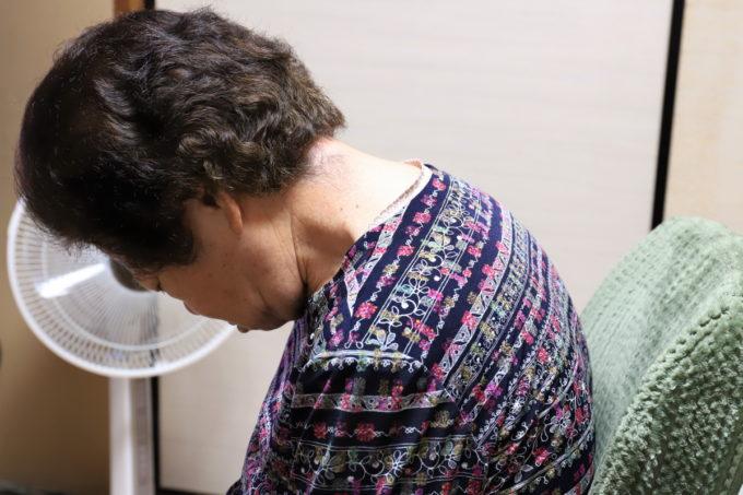 テレビの前で座ったまま寝ている祖母(おばあ)