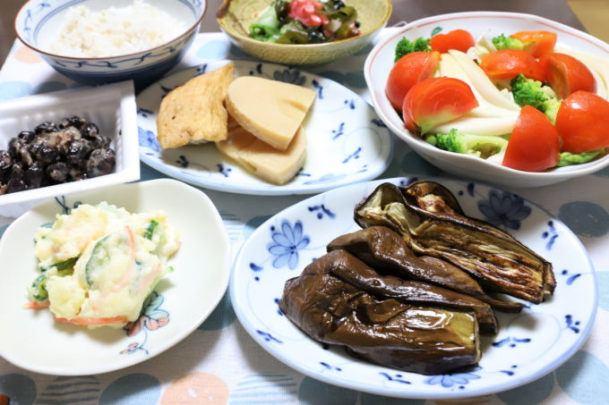 焼き茄子やポテトサラダ、タケノコの煮物など、祖母(おばあ)が作った野菜ばかりの晩ごはん