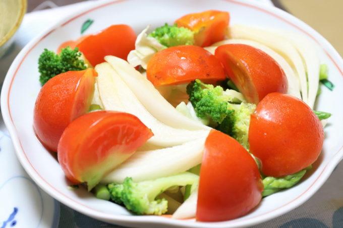 祖母(おばあ)が作った、トマトやブロッコリー、玉ねぎの醤油漬けが乗った野菜サラダ