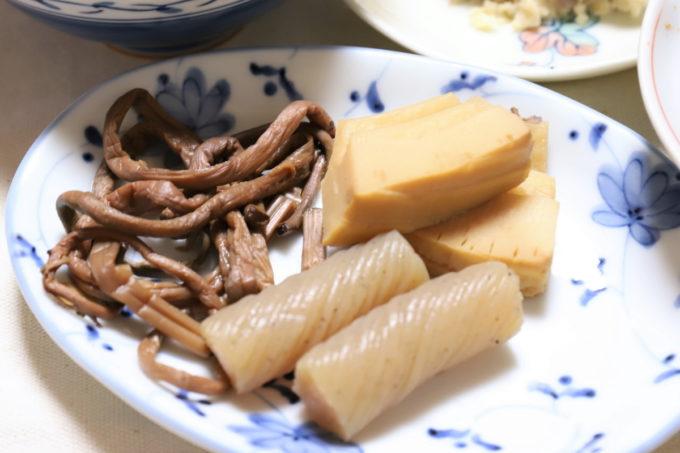 祖母(おがあ)が晩ごはんに出したタケノコと手綱こんにゃくとワラビの煮物