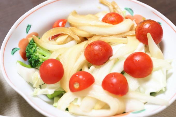 ミニトマトと玉ねぎの醤油漬けが乗った野菜サラダ