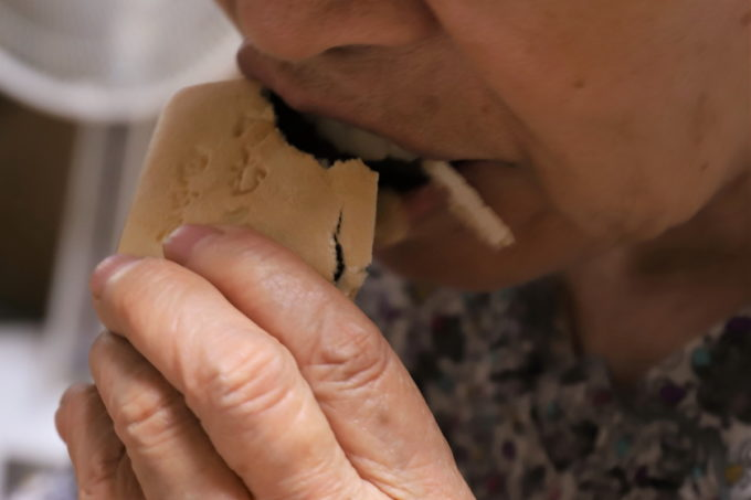 名物「みむろ」最中を祖母(おばあ)が食べているところ