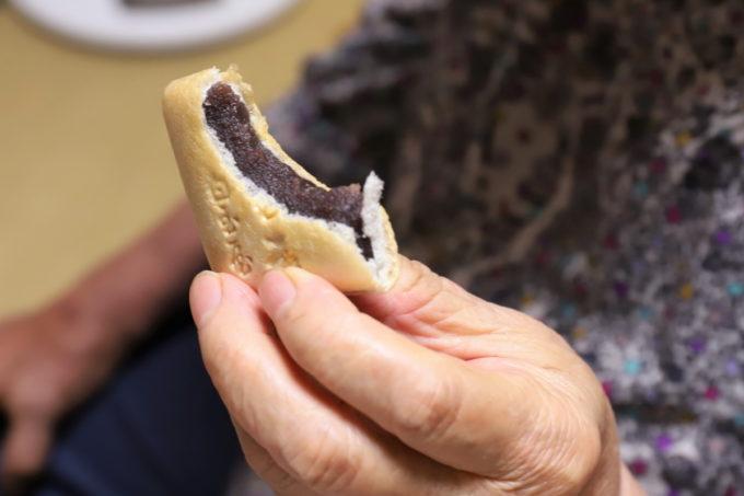 白玉屋榮壽の名物「みむろ」最中をかじった断面のあんこ