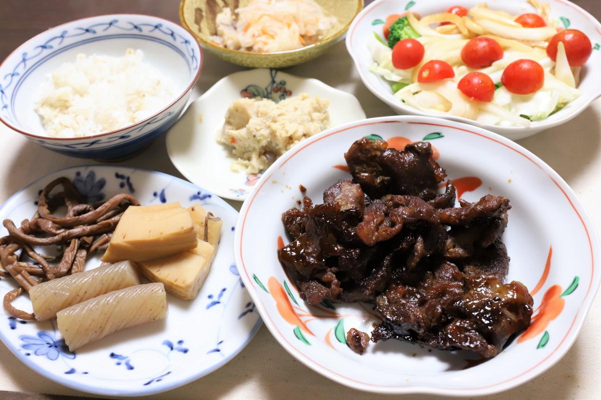 黒くなるまで焼いた牛肉や煮物、サラダ、おからなど祖母(おばあ)が作った晩ごはん