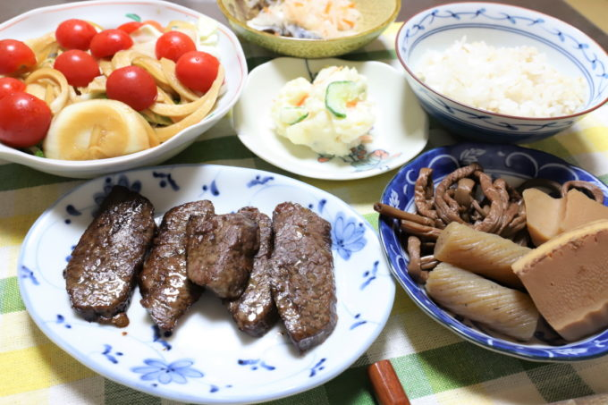 焼いた牛肉や煮物、ポテトサラダなど、祖母(おばあ)が作った晩ごはん