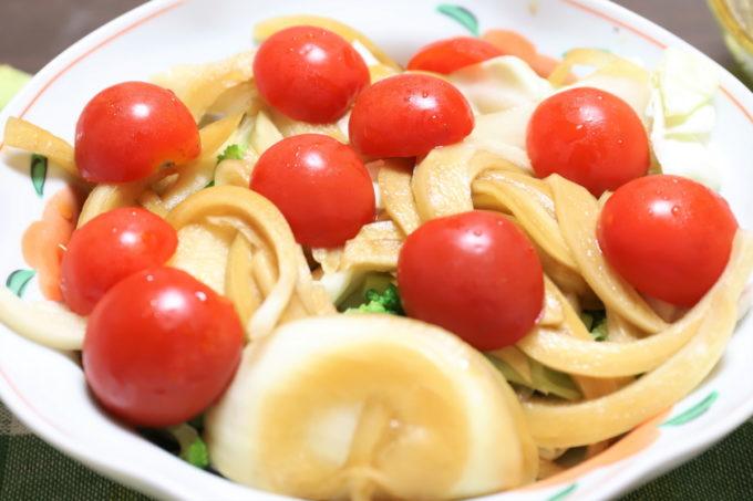 祖母(おばあ)が作ったミニトマトと玉ねぎの醤油漬けを乗せた野菜サラダ