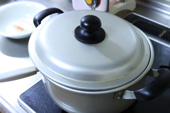 カレーの入った鍋(フタつき)