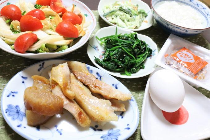 豚トロと大根の煮物や、「たまご醤油たれ」納豆と生玉子など、祖母(おばあ)の家の晩ごはん