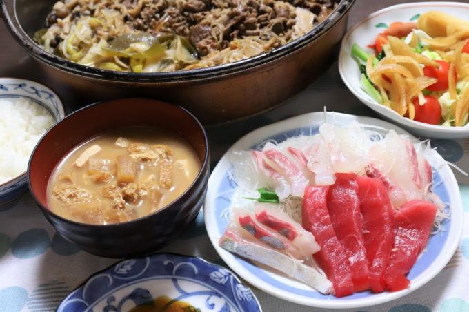 鮪、鯵、鯛の刺身やすき焼き、みそ汁、サラダなど祖母(おばあ)が作った晩ごはん