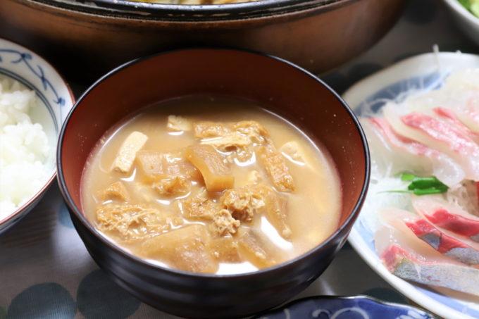 祖母(おばあ)が作った油揚げと豆腐と大根の味噌汁