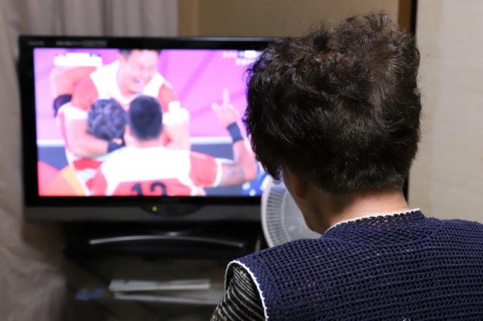 ラグビー日本代表が映るテレビを見ている祖母(おばあ)