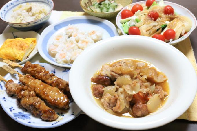 焼き鳥3本、味の素「プリプリのエビシューマイ」、酢鶏など祖母(おばあ)が作った晩ごはん