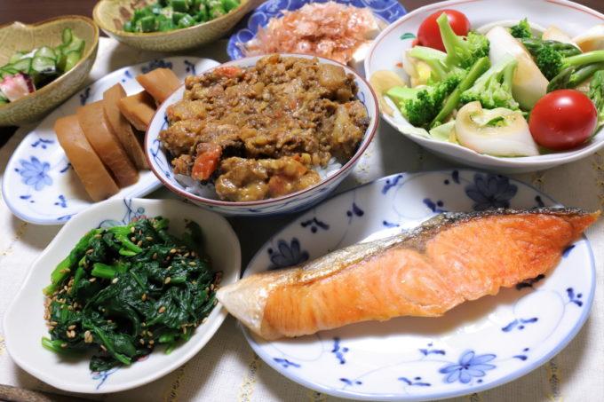 焼鮭や茶碗に入れたカレーなど、祖母(おばあ)が作った晩ごはん