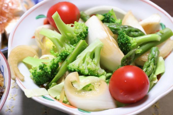 ミニトマトや玉ねぎの醤油漬け、ブロッコリー、アスパラガスなどが入った野菜サラダ