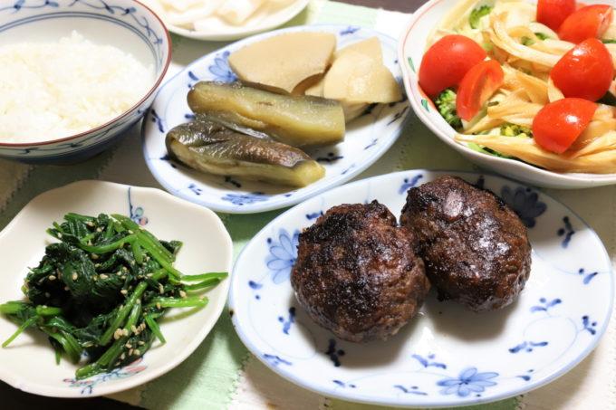 ハンバーグや煮物サラダなど祖母(おばあ)の家の晩ごはん