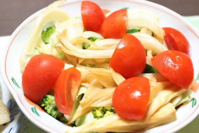 ミニトマトや玉ねぎの醤油漬けを乗せた野菜サラダ