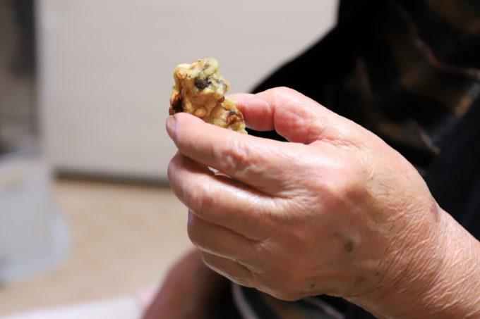 牡蠣の天ぷらを摘まんでいる祖母(おばあ)の手