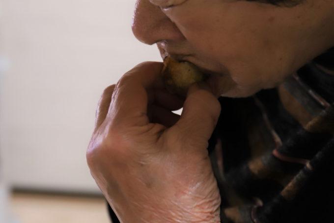 祖母(おばあ)が牡蠣の天ぷらを食べているところ