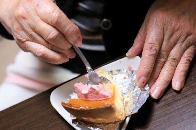クリスマスケーキをスプーンで食べている祖母