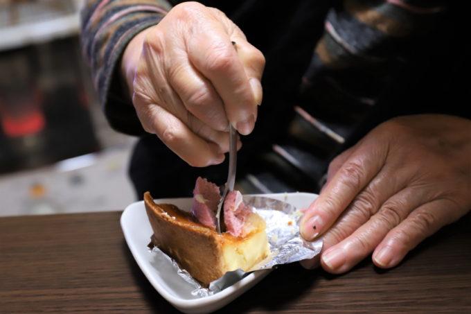 クリスマスケーキを祖母が食べているところ