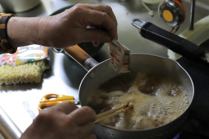 サッポロ一番味噌ラーメンのスープを作っているところ