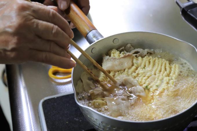 サッポロ一番味噌ラーメンを鍋で作っているところ