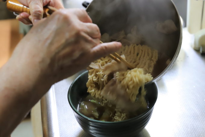 サッポロ一番味噌ラーメンを作って、丼ぶりに移しているところ