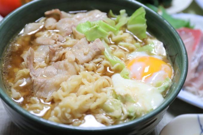 生卵やキャベツ、豚肉が具材のサッポロ一番味噌ラーメン