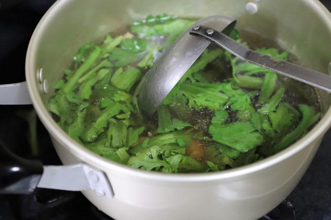 春菊入りの雑煮を鍋で煮ているところ