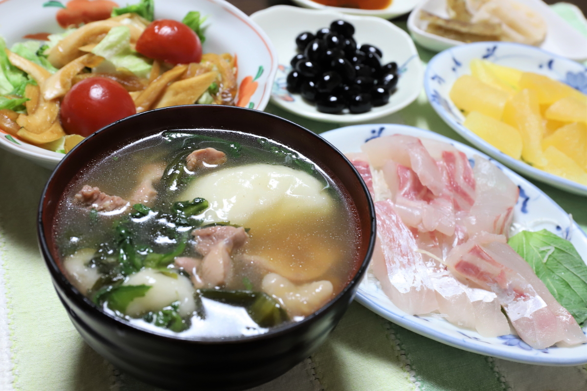 餅と春菊入りの雑煮や、数の子、鯛の刺身など、元日の晩ごはん