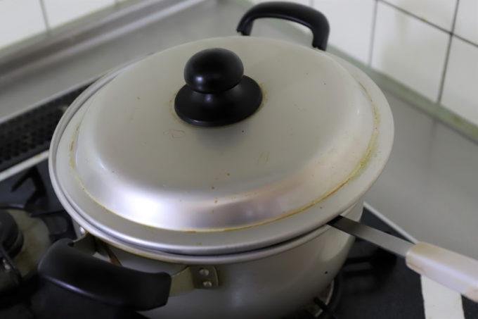 フタがしてある金属の鍋