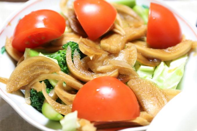 トマトや玉ねぎの醤油漬けが乗った野菜サラダ