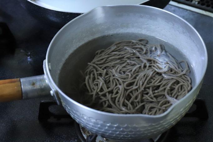 年越しそばを鍋で茹でているところ