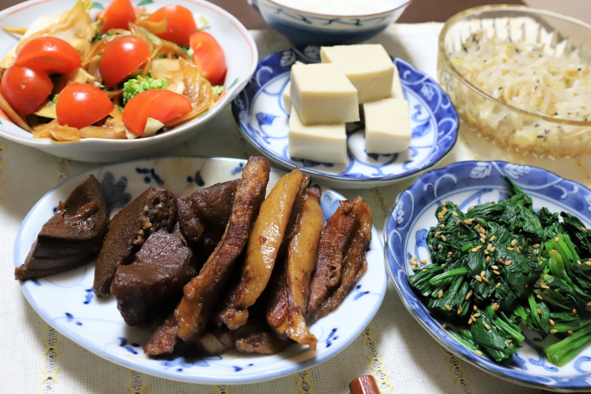 豚トロの煮物や高野豆腐など、祖母(おばあ)が作った晩ごはん