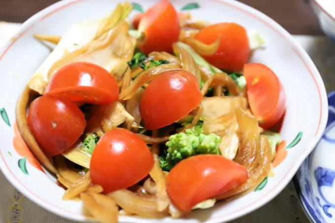 ミニトマトや玉ねぎの醤油漬けが乗った野菜サラダ