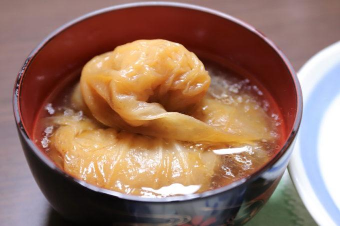 お椀に盛ったロールキャベツのスープ