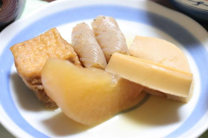 皿に盛った大根とタケノコと手綱こんにゃくの煮物