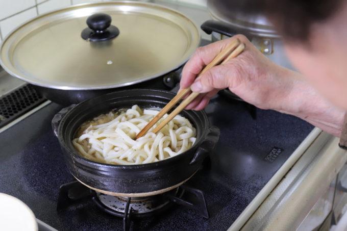 祖母(おばあ)が作っている鍋焼きうどん