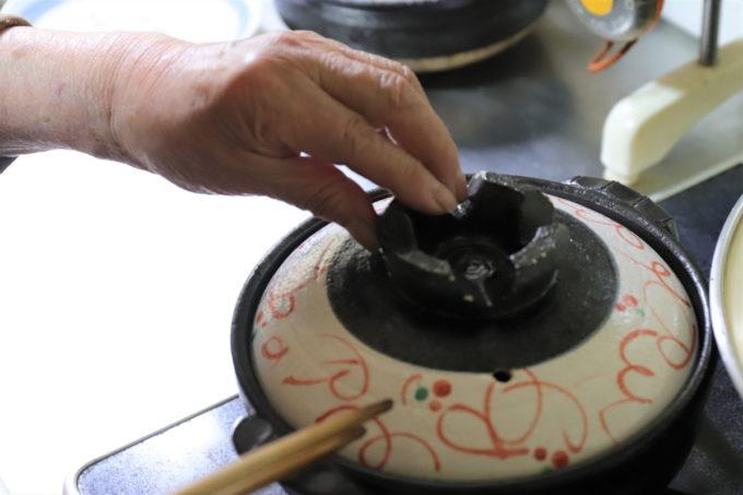 土鍋に蓋をして鍋焼きうどんを作っているところ